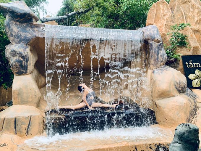 Đây là khu tắm bùn đầu tiên được triển khai ở Nha Trang, sở hữu cảnh quan thiên nhiên đa dạng, ẩn mình rừng cây, thiên nhiên thoáng đãng, trong lành, vườn hoa cây cảnh khoe sắc. Khu vực thác nước mini được nhà Ốc - Rùa triệt để sử dụng để sống ảo mọi góc.