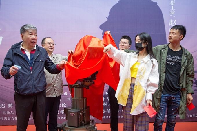 Triệu Lệ Dĩnh thực hiện nghi thức khai máy cùng đoàn phim.