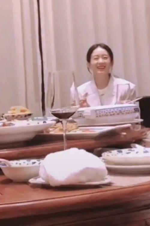 Triệu Lệ Dĩnh được bắt gặp để mặt mộc, tinh thần vui vẻ khi dùng cơm cùng đoàn phim sau lễ khai máy.