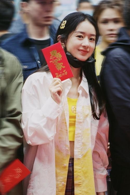 Sáng 20/9, Triệu Lệ Dĩnh dự buổi khai máy của phim mới. Cô để mặt mộc, diện crop top khoe vòng eo nhỏ xíu dù đã làm mẹ.