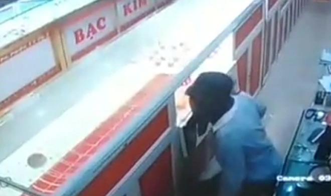 Hình ảnh tên trộm nhí bị camera an ninh ghi lại.