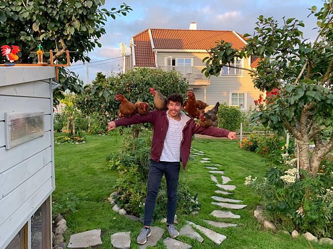 Dennis Asbjørnsen (23 tuổi, hiện sống ở phía tây Na Uy) bắt đầu làm quen với trồng trọt từ khi còn bé xíu. Bố chính là người truyền cho Dennis tình yêu với công việc này bằng cách cho anh trồng thử dưa chuột, cà chua, rồi đến bông cải xanh, rau diếp. Những kỷ niệm vui vẻ đó và niềm vui khi được thưởng thức các món rau, quả do chính mình trồng đã in sâu trong tâm trí của chàng trai 23 tuổi.