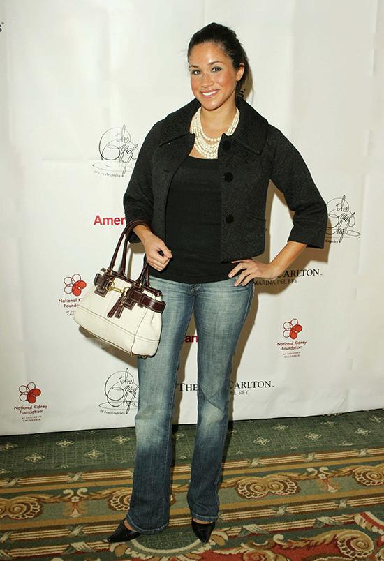 Tham dự sự kiện của National Kidney Foundation năm 2006, Meghan xuất hiện giản dị với quần jeans mài, áo đen và vòng cổ hạt trai layer, tạo nên tổng thể xuề xòa và khá dừ.