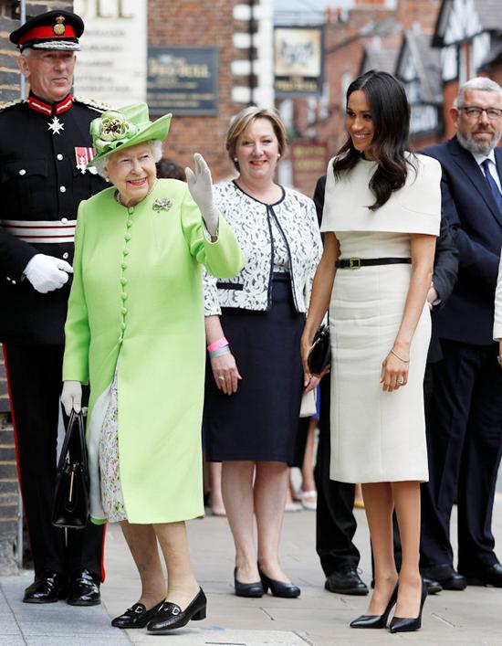 Sáng 14/6/2018, Meghan Markle tháp tùng Nữ hoàng Elizabeth II trong chuyến thăm hạt Cheshire, miền Bắc nước Anh. Cô diện thiết kế Givenchy màu kem kín đáo, tay cầm clutch cùng thương hiệu. Mẫu đầm này được đặt may riêng cho Nữ công tước xứ Sussex và không công khai giá bán.Phong cách hoàng gia của cô ấy đã được phát triển, với Meghan thích váy màu khối và giày trơn.Nữ hoàng được cho là có chính sách không đầu gối nghiêm ngặt khi nói đến các cuộc đính hôn với hoàng gia, có nghĩa là Meghan đã phải từ bỏ những chiếc váy mini của mình để có những kiểu váy dài hơn, đoan trang hơn.