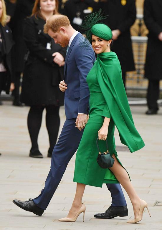Chiều 9/3/2020, vợ chồng Hoàng tử Harry có mặt ở ngày lễ của Khối thịnh vượng chung để tham gia sự kiện chính thức cuối cùng trước khi rời khỏi hoàng gia Anh. Meghan nổi bật với bộ đầm xanh lá kèm tà cape bay bổng, kết hợp mũ cài đầu và clutch đồng điệu. Trang phục thanh lịch mà bà mẹ một con khoác trên người là sản phẩm do nhà mốt Emilia Wickstead thực hiện riêng, biến tấu từ mẫu jumpsuit thuộc bộ sưu tập Thu đông 2019, có giá 1.450 bảng (hơn 44 triệu đồng). Bên cạnh đó, 1.519 bảng (hơn 46 triệu đồng) là giá của chiếc túi xanh sẫm nhỏ xinh hiệu Gabriela Hearst. Tính cả mũ cài đầu và khuyên tai kim cương, set đồ của Meghan có tổng giá trị gần 11.000 bảng (hơn 300 triệu đồng).  Theo The Mail on Sunday, một nguồn tin thân cận tiết lộ: Cô ấy muốn trông đẹp nhất có thể và quyết tâm cho mọi người thấy những gì họ đang mất.