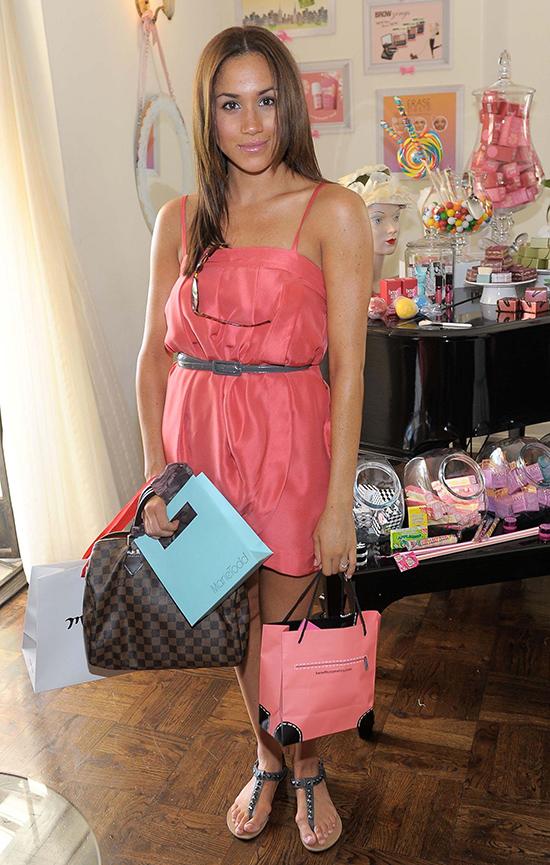 Chiếc túi Louis Vuitton đắt đỏ nhất trên set đồ lại không ăn nhập với bộ váy hai dây màu hồng và sandal xì tin của cô.