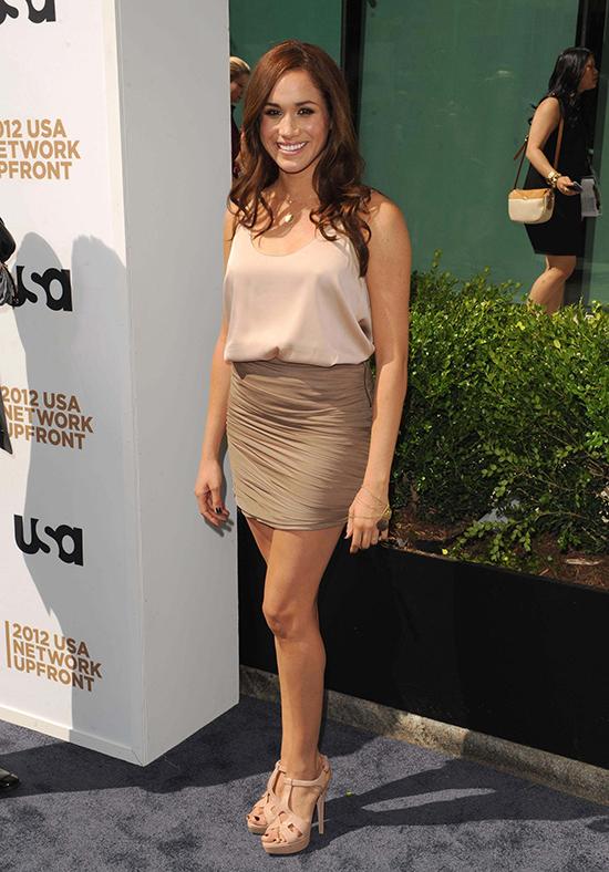 Sau khi series truyền hình Suits lên sóng vào nửa cuối năm 2011, Meghan bắt đầu được chú ý hơn. Bởi vậy, cô dần nâng cấp tủ quần áo để phù hợp với các bữa tiệc cũng như sự kiện thảm đỏ. Trong hình, cựu diễn viên Mỹ mix đồ theo xu hướng đơn sắc tại USA Network Upfront Presentation năm 2012.
