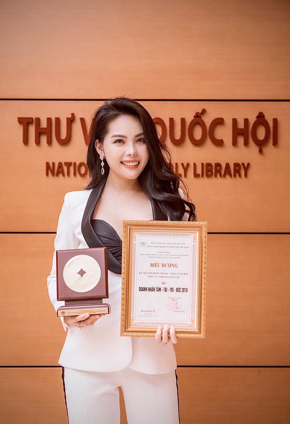 Nhà sáng lập, CEO Hồng Nhung nhận giải thưởng Doanh nhân Tâm - Tài - Trí - Đức 2019.