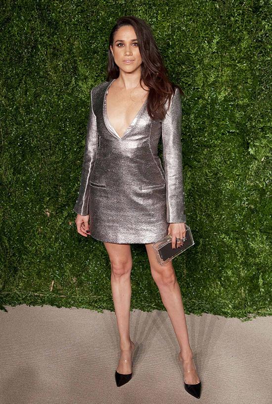 Nữ diễn viên một lần nữa chọn váy khoe chân, đồng thời xẻ ngực phóng khoáng khi dự CFDA Fashion Awards 2016. Theo thông tin được tiết lộ trong cuốn sách Finding Freedom, Hoàng tử Harry đã để mắt tới Meghan nhờ bức ảnh này trên Instagram của cô.
