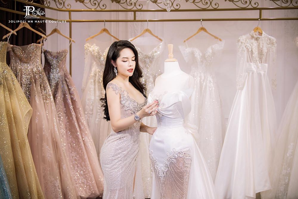 Cô dâu tới với JoliPoli HN thoải mái lựa chọn trang phục cưới, được tư vấn tỉ mỉ bởi các chuyên viên giàu kinh nghiệm.