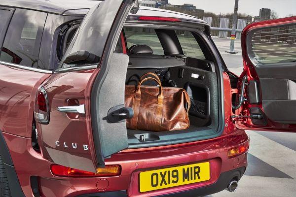 Cửa sau mở hai bên với chế độ mở bằng chân thông minh, giúp người dùng dễ dàng tiếp cận với khoang hành lý. Ảnh: MINI.