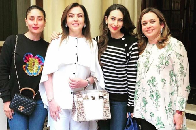 Bà Nita Ambani (áo trắng) đeo túi Hermès Himalaya Birkin khi đi ăn trưa với bạn. Ảnh: Instagram.