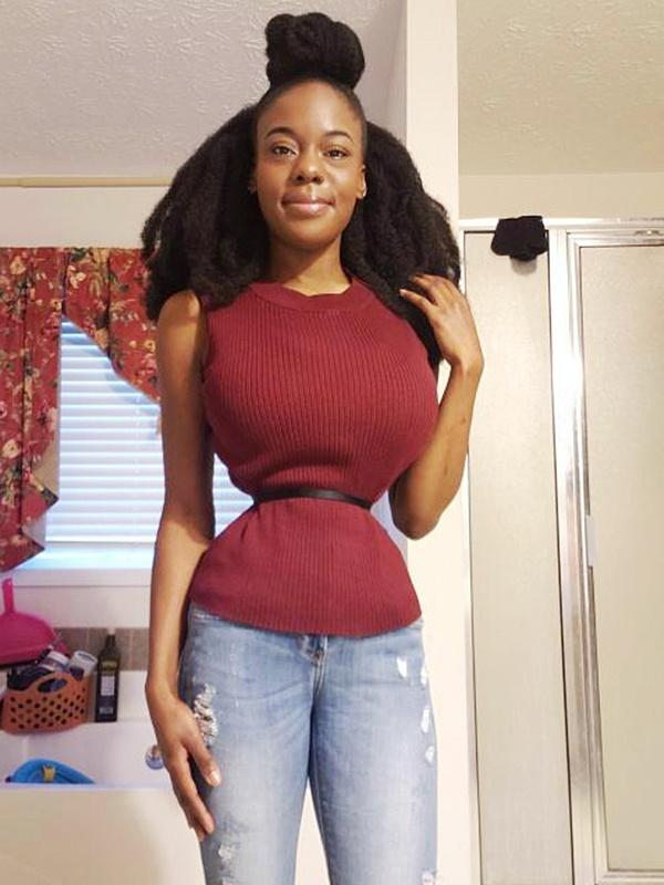 Cô tích cực ăn kiêng, tập luyện để giảm cân và đeo nịt bụng 18 tiếng mỗi ngày để có vòng eo siêu nhỏ.