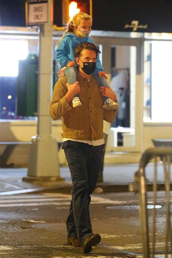Hai bố con Bradley Cooper đi chơi riêng vào tối thứ 7, 19/9. Sau bữa tối, tài tử 45 tuổi kiệu con gái trên vai dạo phố.