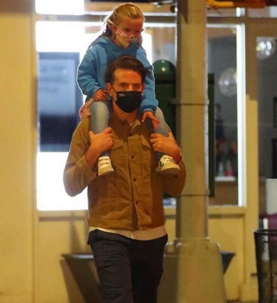 Bradley và con gái cùng đeo khẩu trang kín để phòng dịch. Thời tiết New York đã se lạnh khi vào thu nên Lea mặc quần áo ấm ra đường.
