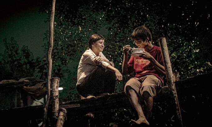 Nghệ sĩ Cát Phượng (trái) không nhận cát-xê khi đóng vai phụ phim Ròm.