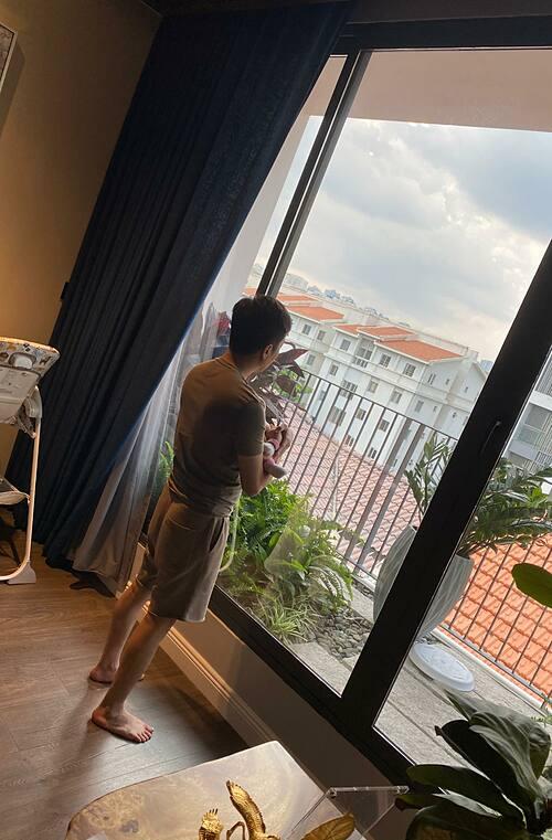 Đàm Thu Trang đăng ảnh chụp trộm ông xã Cường Đôla vừa bế con gái vừa ngắm trời đất.