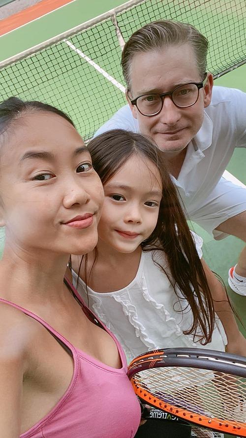 Ca sĩ Đoan Trang để mặt mộc khi đi chơi tennis cùng chồng Tây và con gái.
