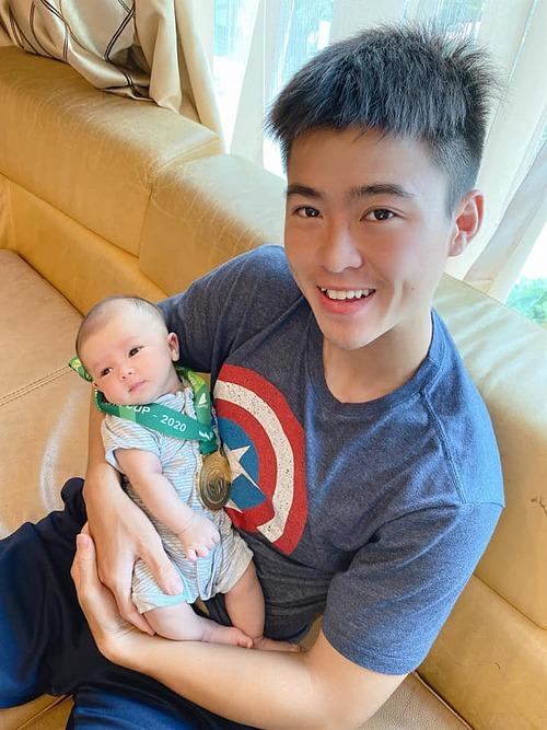 Cầu thủ Duy Mạnh và con trai Duy Minh chụp ảnh cùng huy chương vàng Cúp Quốc gia 2020.