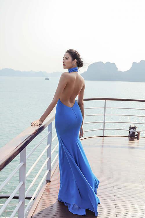 Hoàng Thùy diện váy ôm sát body khoe đường cong cơ thể khi du lịch ở vịnh Hạ Long.