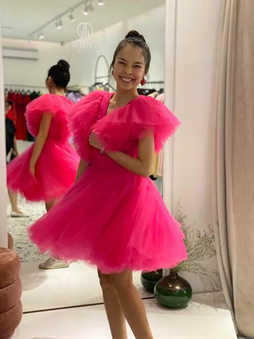 Ca sĩ Hiền Thục cười tít mắt khi xúng xính váy hồng.