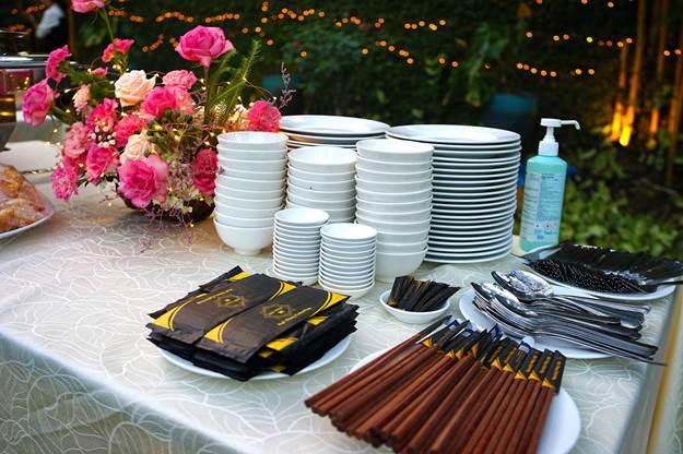 Dụng cụ phục vụ tiệc tiêu chuẩn gồm có bàn inox cao cấp, chén sứ Minh Long, khăn gấm sang trọng...