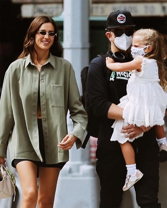 Tuần trước, Irina và Bradley cùng nhau đưa con gái đi chơi công viên. Cặp đôi cũ rất thân thiện với nhau và giữ mối quan hệ bạn bè vì con gái.