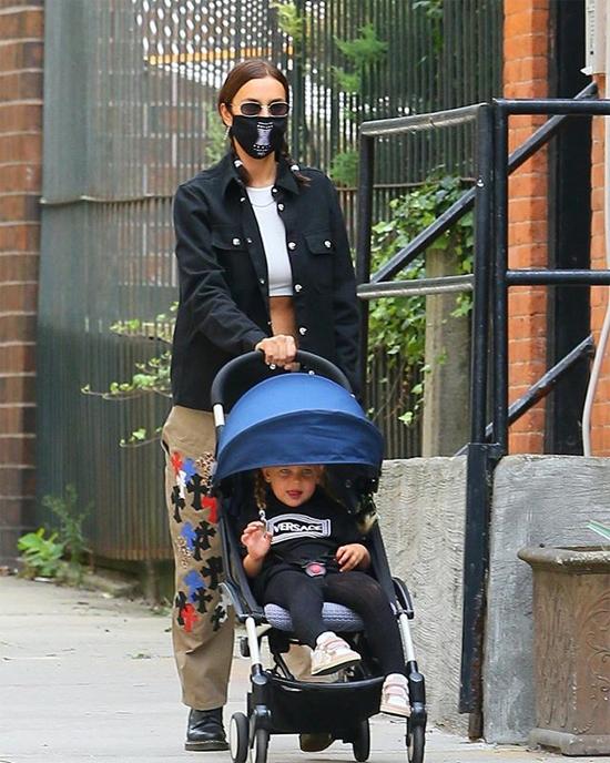 Hai mẹ con cùng tết tóc, mặc đồ đen trắng ton sur ton dạo phố.