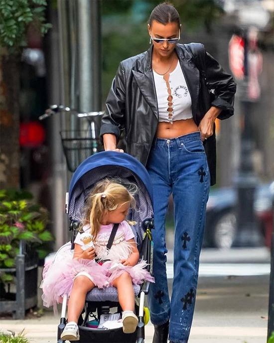 Là một siêu mẫu nên Irina phối đồ cho con gái rất sành điệu, dễ thương.