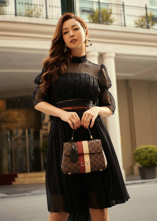 Ở tuổi 35 Jennifer Phạm chuộng những thiết kế nhẹ nhàng, nữ tính phù hợp tính cách của cô.