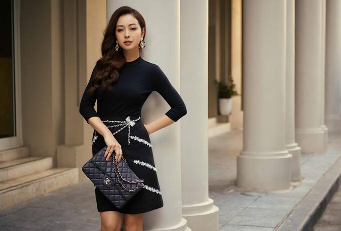 Hoa hậu tạo dáng với set đồ ton-sur-ton đen đơn giản, kín đáo.