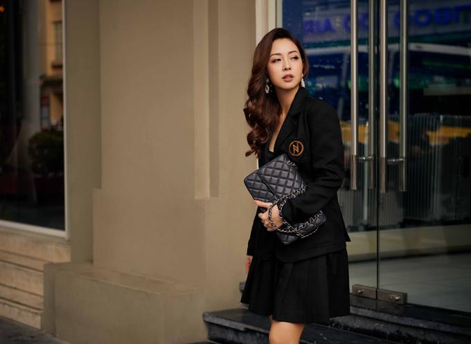 Váy xếp ly đi cùng áo vest là xu hướng được nhiều quý cô công sở ưa chuộng.