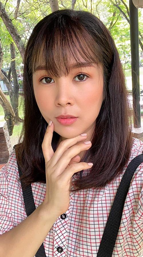 Lê Phương được nhận xét trẻ ra trông thấy khi để tóc mái thưa. Nữ diễn viên tiết lộ đây là tạo hình mới khi cô vào vai thiếu nữ 20 tuổi.