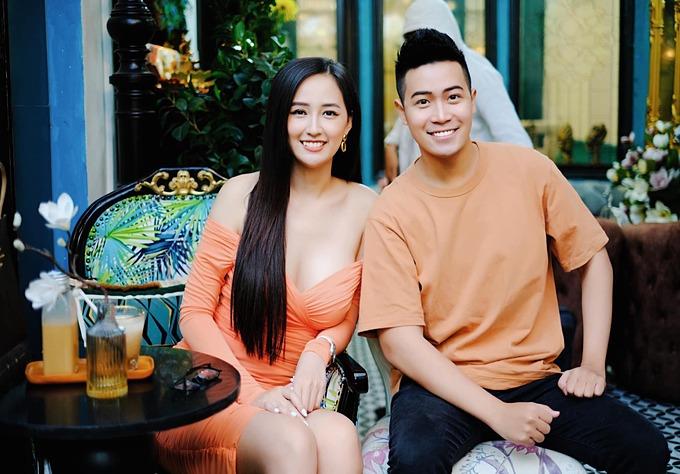 Hoa hậu Mai Phương Thúy mặc gợi cảm tôn vòng một trong bức ảnh chụp cùng một người em thân thiết.