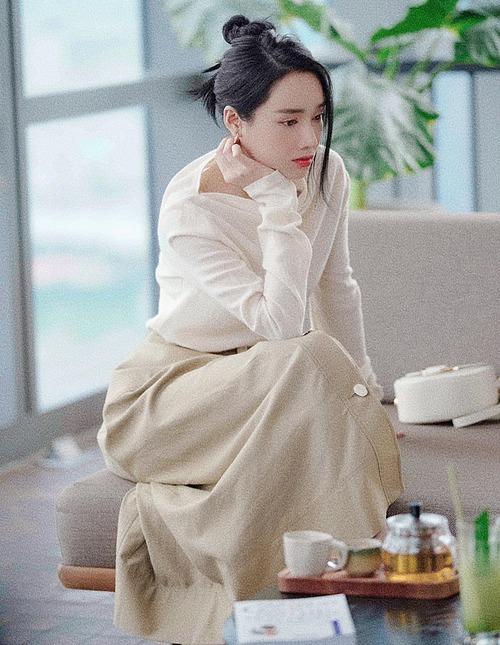 Nhã Phương lên đồ sang chảnh khi đi uống cà phê với bạn.