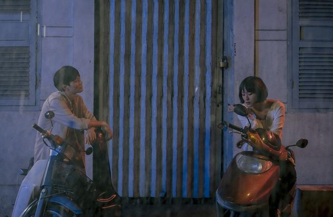 Nối tiếp Ròm, phim Việt thứ hai chiếu sau Covid-19 cũng là một tác phẩm của các nhà làm phim trẻ - Sài Gòn trong cơn mưa. Đặt trong bối cảnh mùa mưa của Sài Gòn, câu chuyện phim mở đầu bằng cuộc gặp tình cờ của hai người trẻ: một chàng nhạc sĩ mộng mơ bước những bước đầu tiên trên cuộc phiêu lưu âm nhạc và một cô nàng bán đồ online, thực tế đến mức đôi khi thực dụng. Khác biệt về tính cách nhưng đồng điệu trong nỗi cô đơn và niềm khao khát khẳng định mình ở nơi thành thị, họ đến với nhau bằng một tình yêu trong lành.