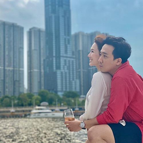 Vợ chồng Trấn Thành - Hari Won tình cảm ngắm hoàng hôn trên sông Sài Gòn.