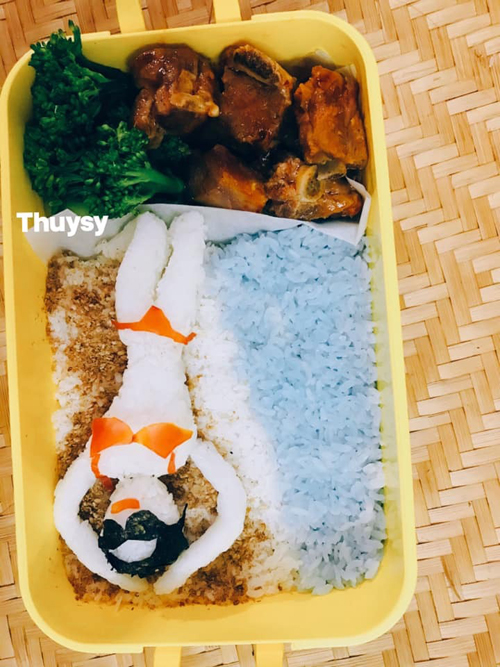 Chị Thụy Sỹ dùng màng bọc thực phẩm rồi dùng tay để tạo hình cơm thành cô gái, cơm cuộn, không sử dụng tới khuôn. Khi tạo hình đồ ăn, chị luôn đeo bao tay để đảm bảo vệ sinh.