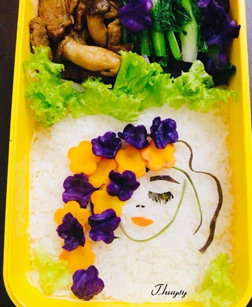 Về việc tạo hình, buổi sáng, chị Thụy Sỹ thường nhìn vào tủ lạnh xem có những nguyên liệu gì để trang trí cho hộp cơm sinh động.