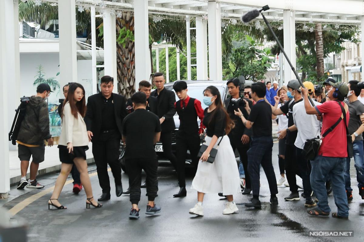 Chủ nhân họp báo - ca sĩ Jack - đến event khá muộn vì trời Sài Gòn mưa lớn. Anh được đội ngũ bảo vệ theo sát giúp vào nơi tổ chức họp báo.