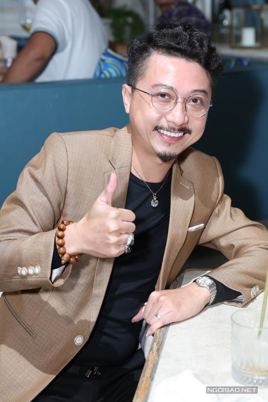 Diễn viên Hứa Minh Đạt lẻ bóng đến chúc mừng đàn em.