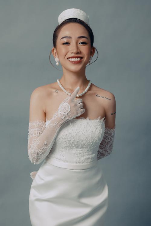 Quan điểm chọn trang phục thường nhật của Joyce Phạm là trendy và tối giản. Dựa trên các đặc điểm này, nhóm thiết kế của thương hiệu váy cưới đã tạo nên bộ cánh mang vẻ đẹp vượt thời gian, không chạy theo xu thế, hợp với cá tính Joyce và khiến người diện được thoải mái.