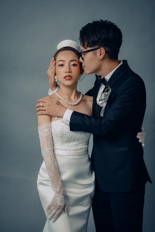 Trong bộ ảnh, Joyce Phạm tái sử dụng chiếc váy tiếp khách tại tiệc cưới cách đây một năm và được chỉnh sửa đôi chút cho phù hợp số đo hiện tại.