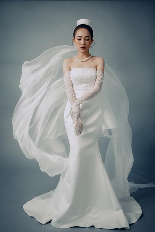 Mẫu đầm được lấy cảm hứng từ hình ảnh nữ minh tinh nổi tiếng Audrey Hepburn diện váy đen ôm sát trong bộ phim Breakfast at Tiffanys.
