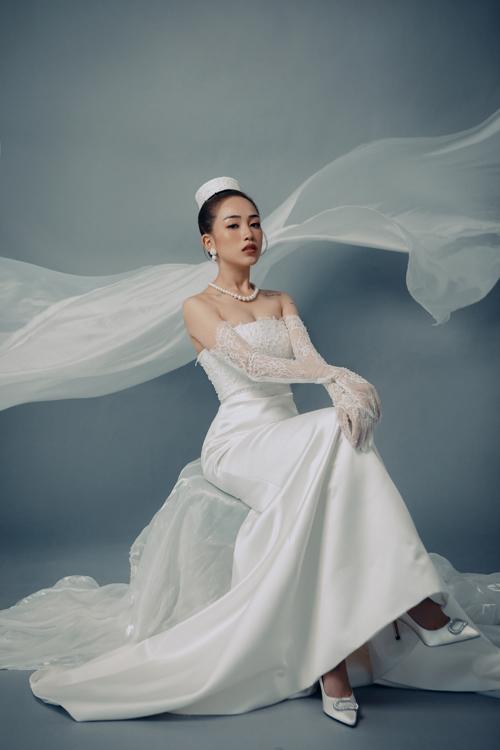 Khi nói đến sự thanh lịch trong thời trang, khó ai có thể vượt qua được tượng đài Audrey Hepburn. Tên của bà đã trở thành tính từ. Nhiều người ví von rất Audrey để mô tả phong cách thanh lịch, quý phái, đại diện thương hiệu chia sẻ.