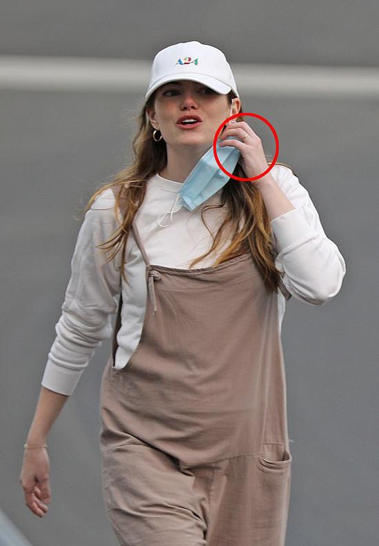 Sau thời gian dài nghỉ dịch, Emma Stone hiếm hoi xuất hiện bên ngoài. Nữ diễn viên 31 tuổi gây chú ý với chiếc nhẫn vàng đeo trên ngón tay áp út.