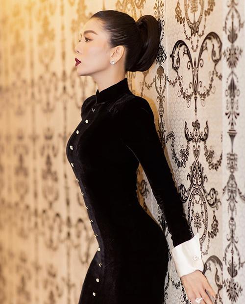 Cùng với các mẫu đầm đuôi cá khoe trọn thân hình đồng hồ cát, Lệ Quyên cũng luôn sử dụng váy ôm sát body để giúp mình cuốn hút hơn.