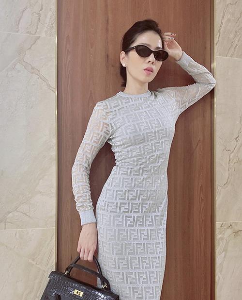 Đầm dài tay trang trí logo nổi của Fendi được Lệ Quyên mix cùng kính hiệu và túi Hermes da cá sấu tông đen.