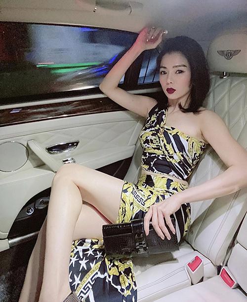 Cùng với đầm liền thân, dáng bó sát, các mẫu váy áo cut-out cũng được Lệ Quên sử dụng để khoe eo thon.
