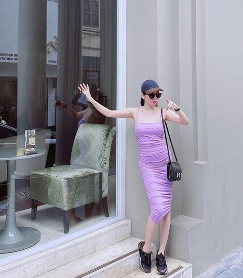 Khi diện các mẫu váy thun ôm sát body được giới trẻ ưa chuộng, Lệ Quyên lại chọn cách mix-match phụ kiện tôn nét khỏe khoắn.